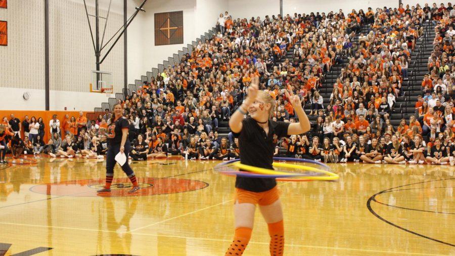 Seniors+win+Hula+Hoop+contest+in+class+battle