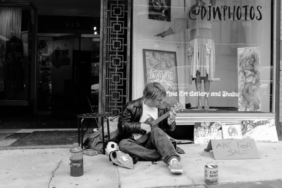 Street+musician+plays+for+Ward+while+selling+his+art