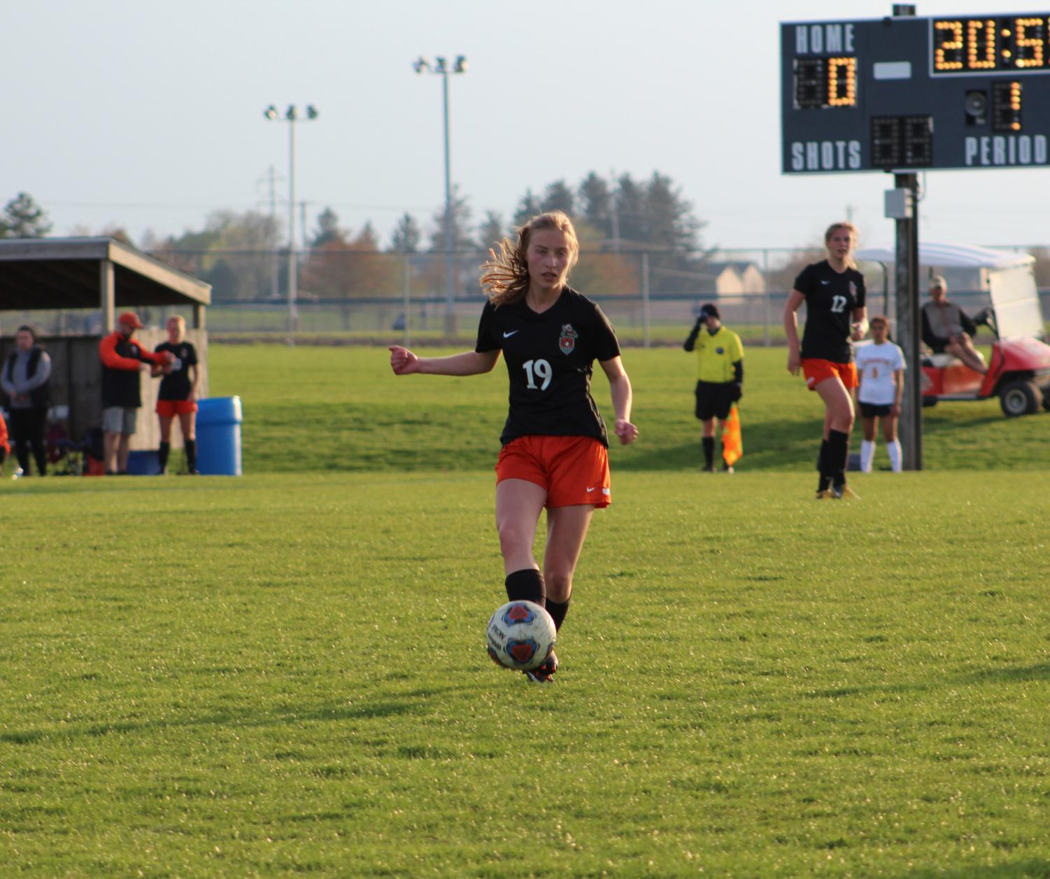 Midfielder+Samantha+Churchey+passes++the+ball+to+a+teammate.+Churchey+plans+on+attending+Illinois+Wesleyan+University.